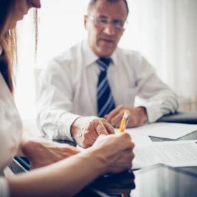 外国人を雇用する際の契約書って?社会保険や条件等も合わせて解説!